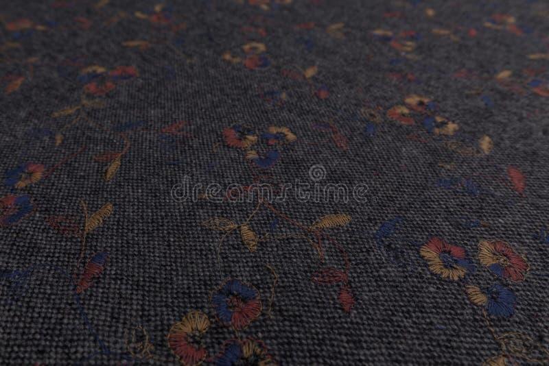 Plan rapproché de tissu gris avec le fond floral de texture de textile image libre de droits