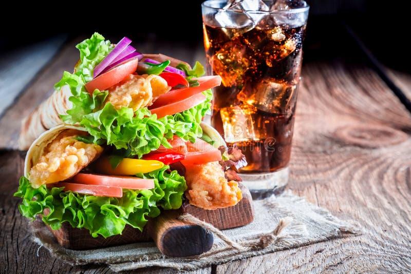 Plan rapproché de tortilla délicieuse avec la boisson froide photographie stock libre de droits