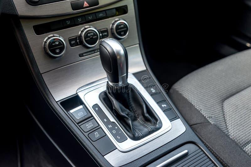 Plan rapproché de transmission automatique à l'intérieur de salon de voiture images stock