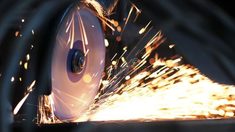 Plan rapproché de travailleur au métal de scies d'usine de construction utilisant la scie circulaire Production industrielle, ind photos stock