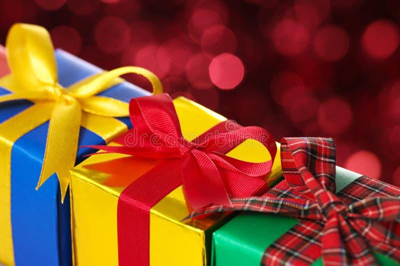 Plan rapproché de trois cadeaux. photographie stock libre de droits