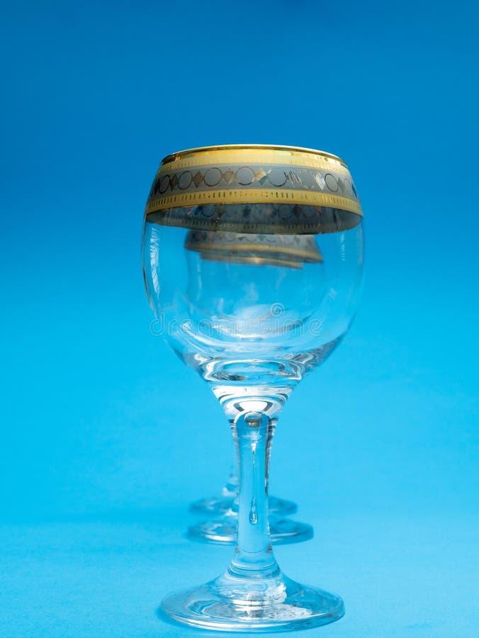 Plan rapproché de trois verres de vin vides dans la rangée image stock