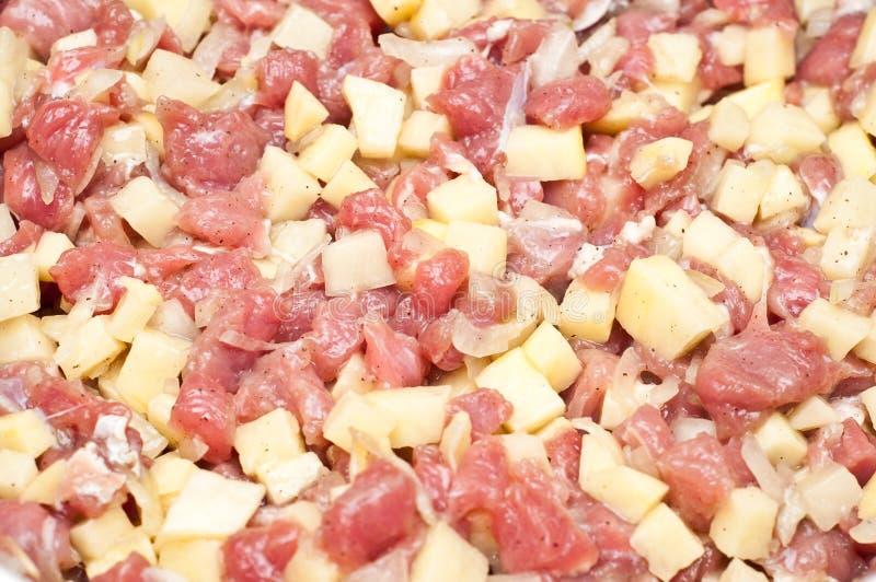 Plan rapproché de viande et des pommes de terre découpées crues photos libres de droits