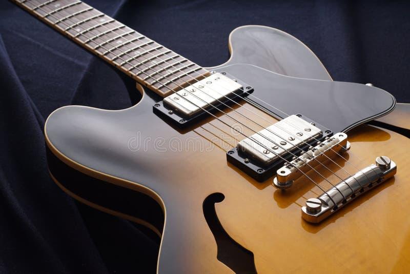 Plan rapproché de vieille guitare électrique Détail, foyer sélectif image stock