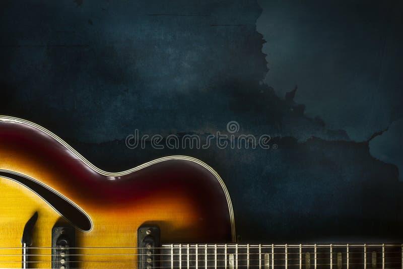 Plan rapproché de vieille guitare électrique de jazz sur un fond bleu-foncé photos libres de droits