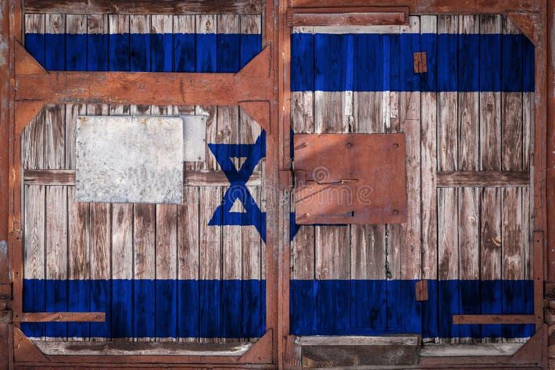 Plan rapproché de vieille porte d'entrepôt avec le drapeau national photos libres de droits