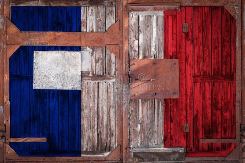 Plan rapproché de vieille porte d'entrepôt avec le drapeau national photo libre de droits