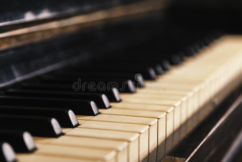 Plan rapproché de vieux clavier de piano, foyer sélectif, tonalité douce Fond avec le piano antique image stock