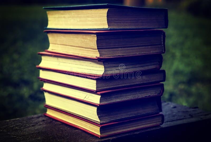 Plan rapproché de vieux livres images stock