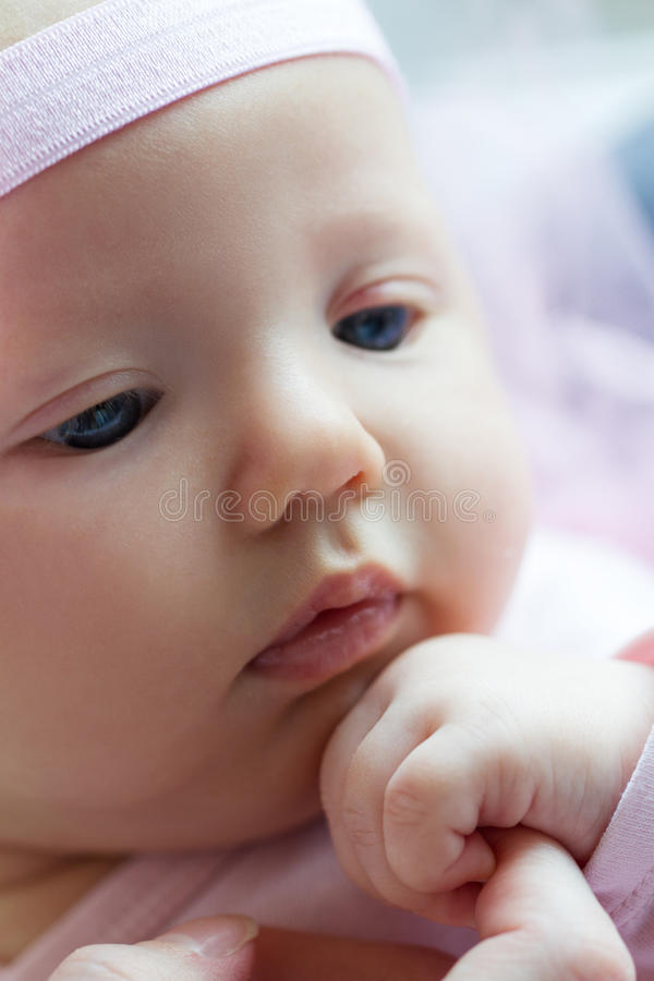 Plan rapproché de visage mignon de bébé Chéri heureuse Le bébé tient la main de h photo libre de droits