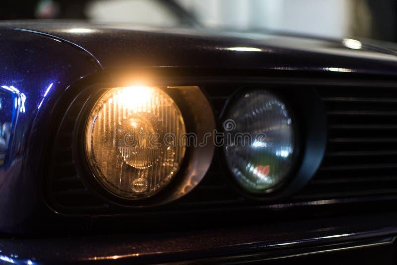 Plan rapproché de voiture avec des phares dessus photos stock