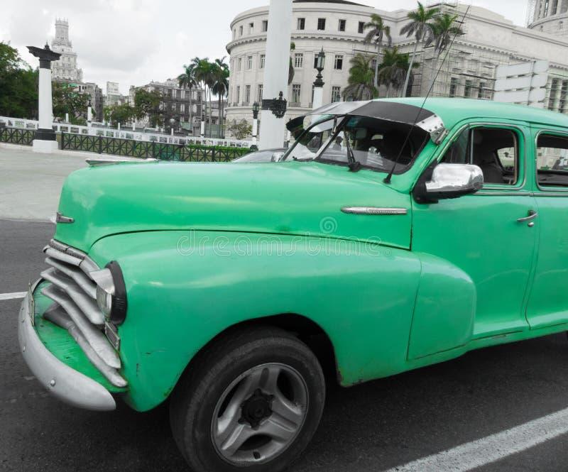 Plan rapproché de voiture de vert de cru de rue du Cuba La Havane images stock