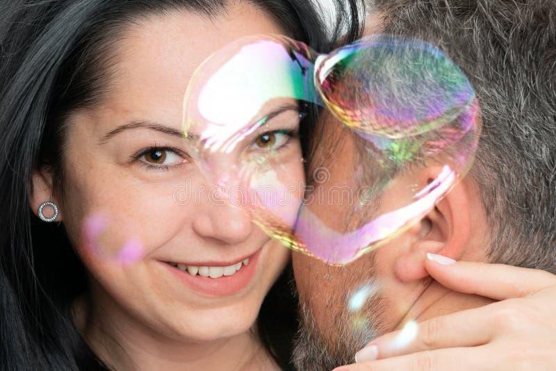 Plan rapproché des ajouter au coeur de bulle de savon photos stock