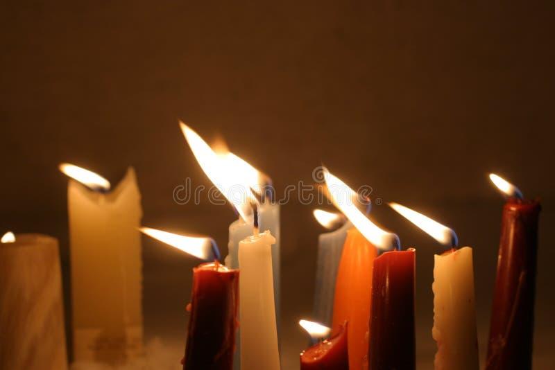 Plan rapproché des bougies brûlantes image stock