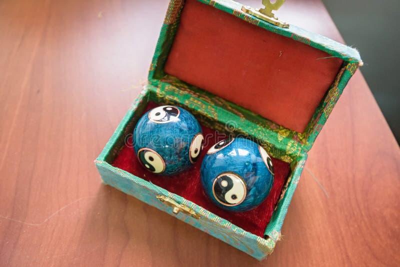 Plan rapproché des boules bleues de Baoding de Chinois dans la boîte photographie stock