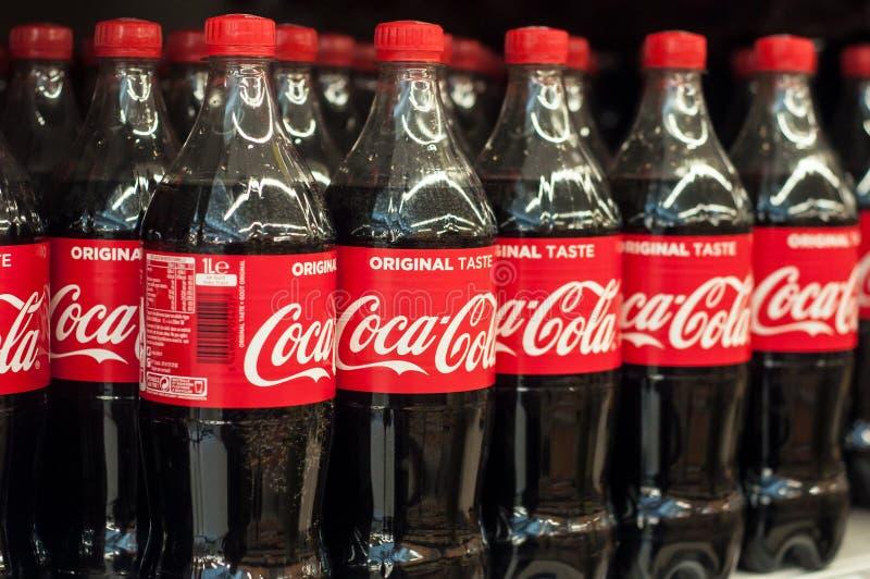 plan rapproché des bouteilles de coca-cola au supermarché de Cora photo stock