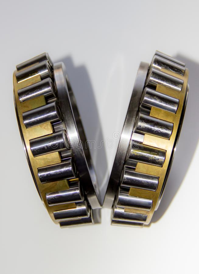 Plan rapproché des cages de rouleau d'une unité de hub de roulement à rouleaux coniques de double-rangée photographie stock