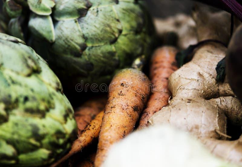 Plan rapproché des carottes avec les artichauts et le gingembre photos stock