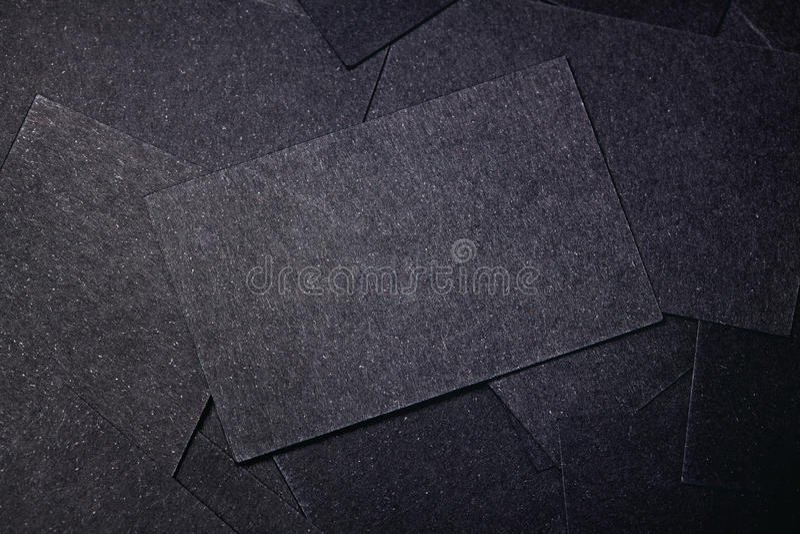 Plan rapproché des cartes de visite professionnelle noires vierges de visite horizontal images libres de droits