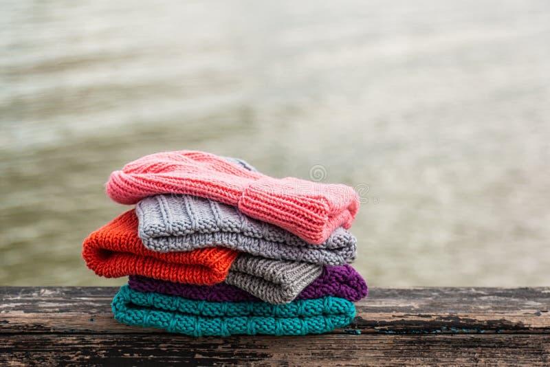 Plan rapproché des chapeaux tricotés photo libre de droits