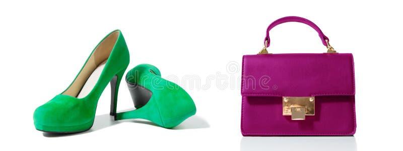 Plan rapproché des chaussures à la mode de talons hauts et du sac de femme d'isolement sur le fond blanc Chaussure de couleur ver photographie stock libre de droits