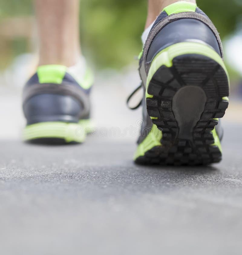 Plan rapproché des chaussures de course avec l'espace de copie photo stock