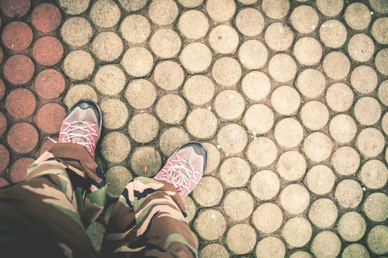 Plan rapproché des chaussures et du plancher de brique photographie stock libre de droits