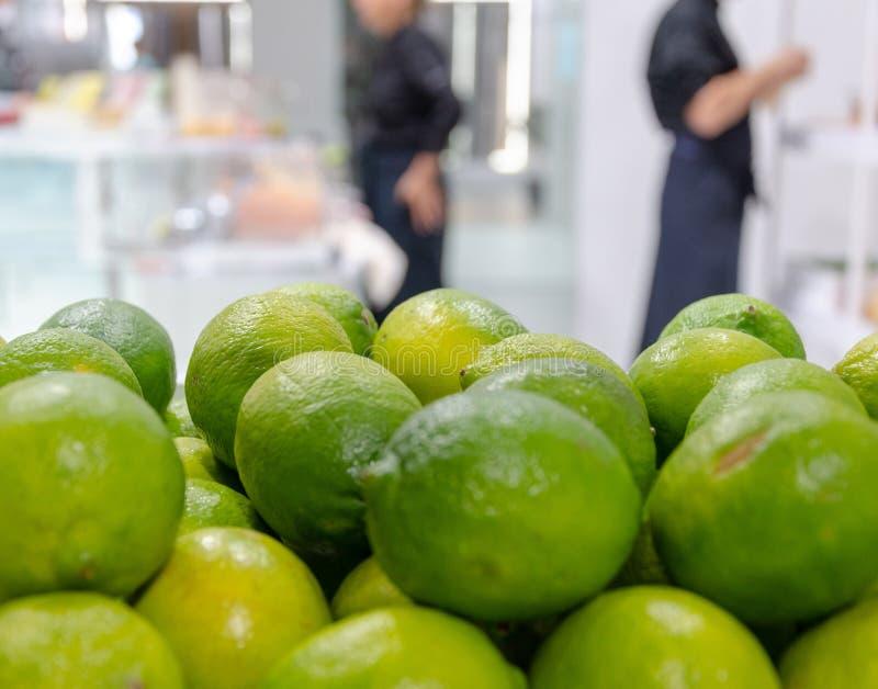 Plan rapproché des chaux fraîches dans la cuisine photographie stock libre de droits