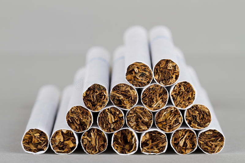 Plan rapproché des cigarettes image libre de droits