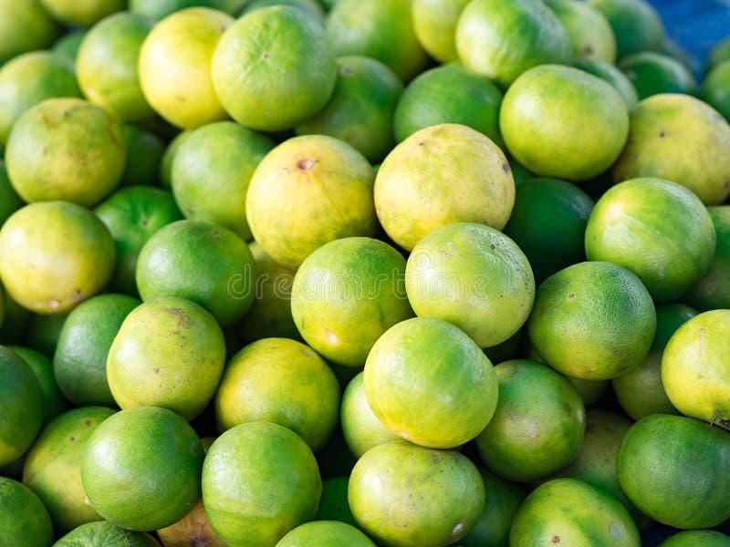 Plan rapproché des citrons verts organiques frais en vente au détail sur le marché local, image libre de droits