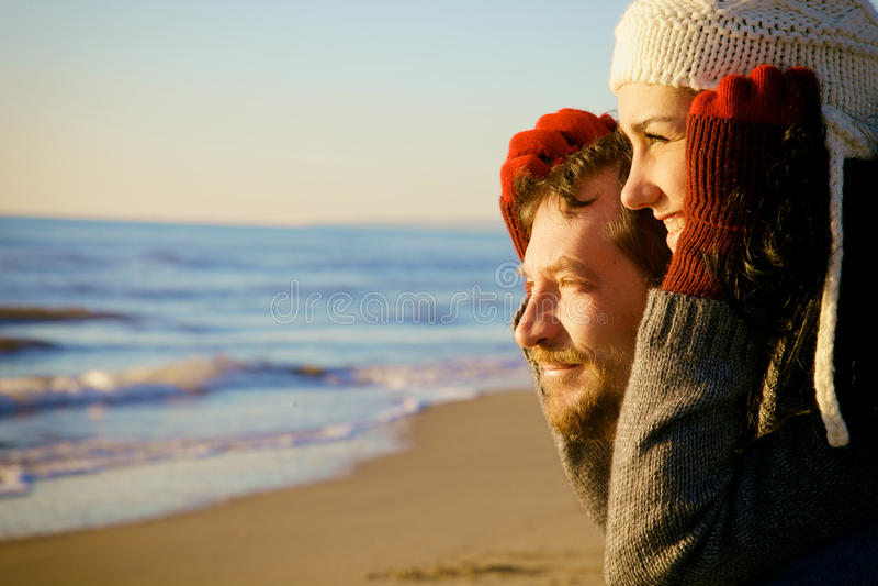 Plan rapproché des couples beaux observant la mer en hiver image stock