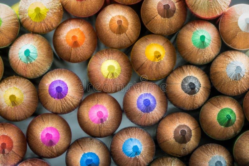 Plan rapproché des crayons colorés se dirigeant en avant photographie stock