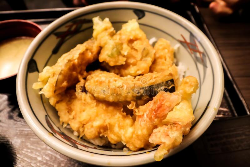 Plan rapproché des crevettes et des légumes de Tempura dans la cuvette blanche image stock