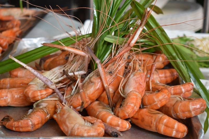 Plan rapproché des crevettes roses délicieuses de roi sur un marché local de chatuchak de marché de nourriture de rue en Thaïland image stock