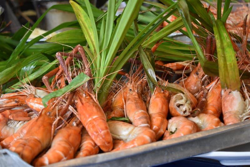 Plan rapproché des crevettes roses délicieuses de roi sur un marché local de chatuchak de marché de nourriture de rue en Thaïland photo stock