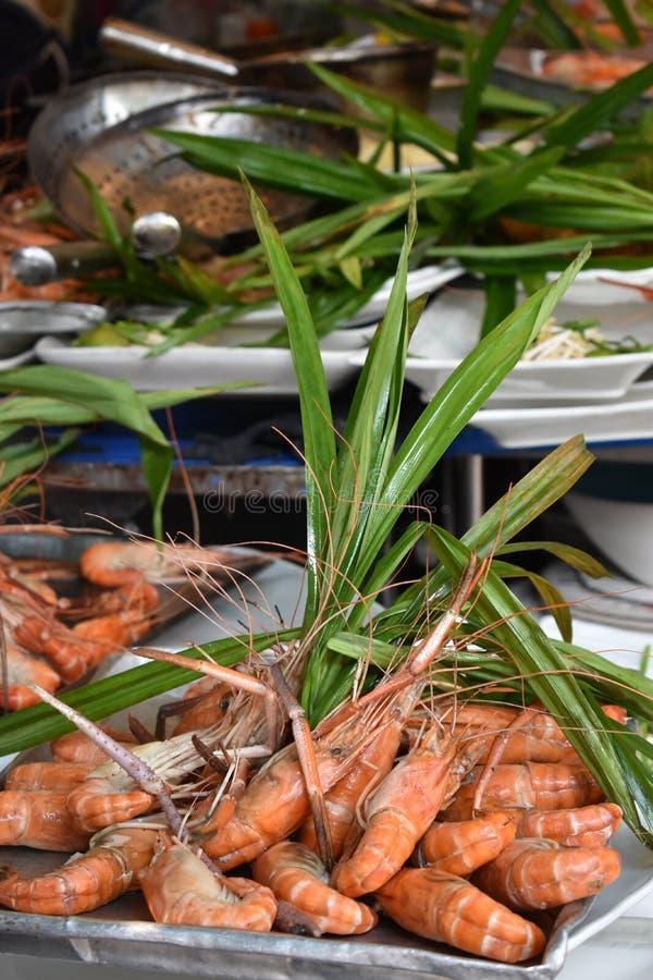 Plan rapproché des crevettes roses délicieuses de roi sur un marché local de chatuchak de marché de nourriture de rue en Thaïland images stock
