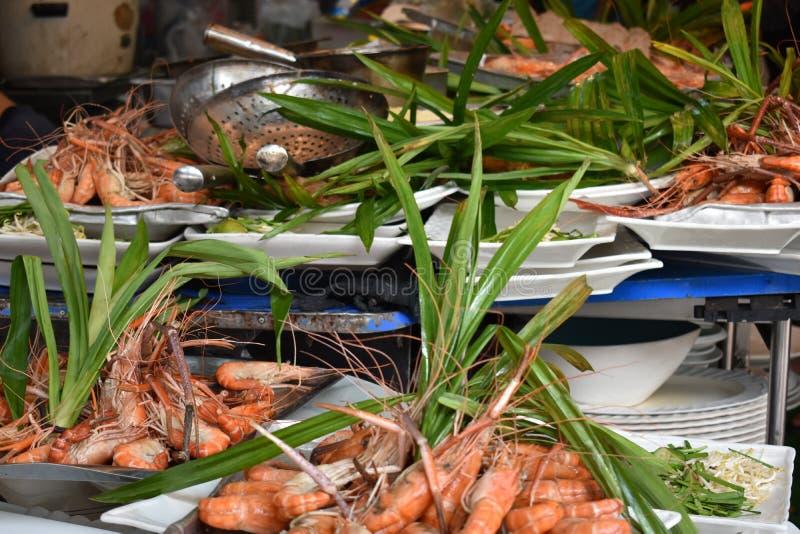 Plan rapproché des crevettes roses délicieuses de roi sur un marché local de chatuchak de marché de nourriture de rue en Thaïland images libres de droits