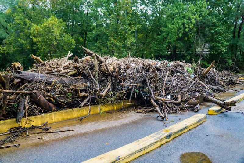 Plan rapproché des débris massifs de rivière sur le bas pont, rivière de Roanoke, Roanoke, VA, Etats-Unis photos stock