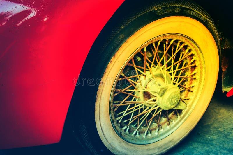 Plan rapproché des détails de roue de voiture de rouge de vintage image libre de droits