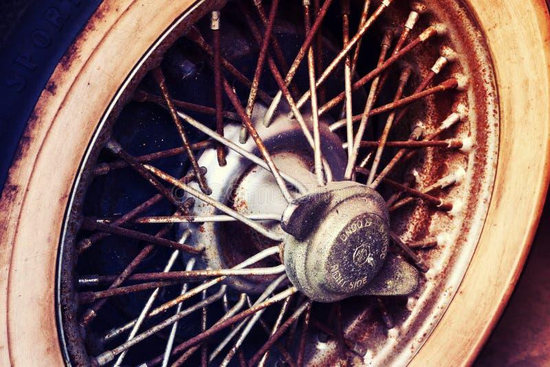 Plan rapproché des détails de roue de voiture de vintage images stock