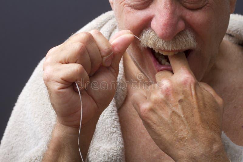 Plan rapproché des dents Flossing de l'homme images stock