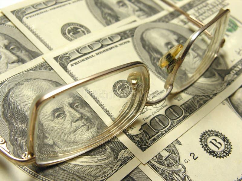 Plan rapproché des dollars et des lunettes photos libres de droits
