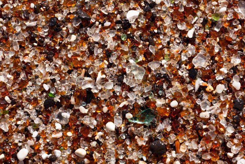 Plan rapproché des fragments en verre sur la plage photos libres de droits
