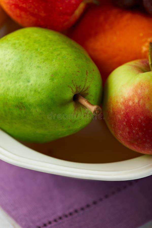Plan rapproché des fruits mélangés dans une cuvette photos libres de droits