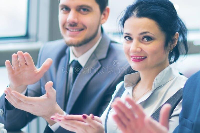 Plan rapproché des gens d'affaires battant des mains photo libre de droits
