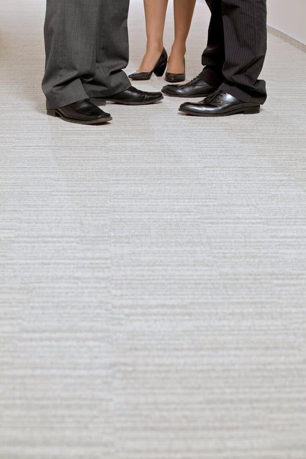 Plan rapproché des gens d'affaires de chaussures avec le copyspace photos stock