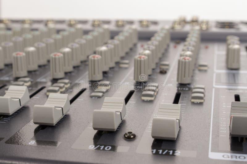 Plan rapproché des glisseurs de mélange audio de conseil images stock