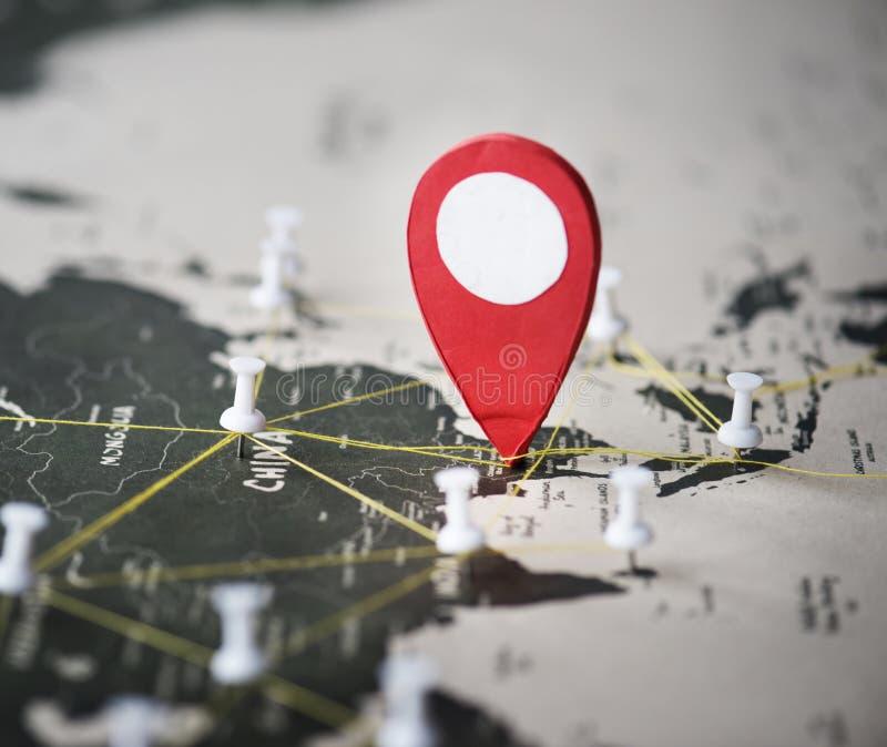Plan rapproché des goupilles sur le voyage de voyage de carte du monde photographie stock