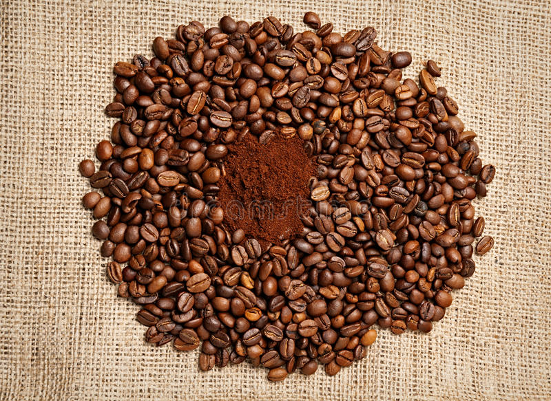 Plan rapproché des grains de café images libres de droits