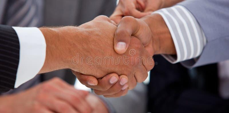 Plan rapproché des hommes d'affaires clôturant une affaire photo stock